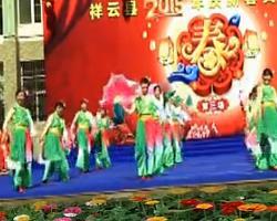 心连心广场舞情暖一家 最新扇子舞广场舞变队形表演