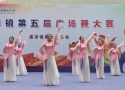 江南女儿情广场舞团队变队形表演 苏州盛泽雨夜广场舞江南女儿情