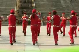 杨丽萍广场舞【彝族跺脚舞曲】原创民族舞集体圈圈舞